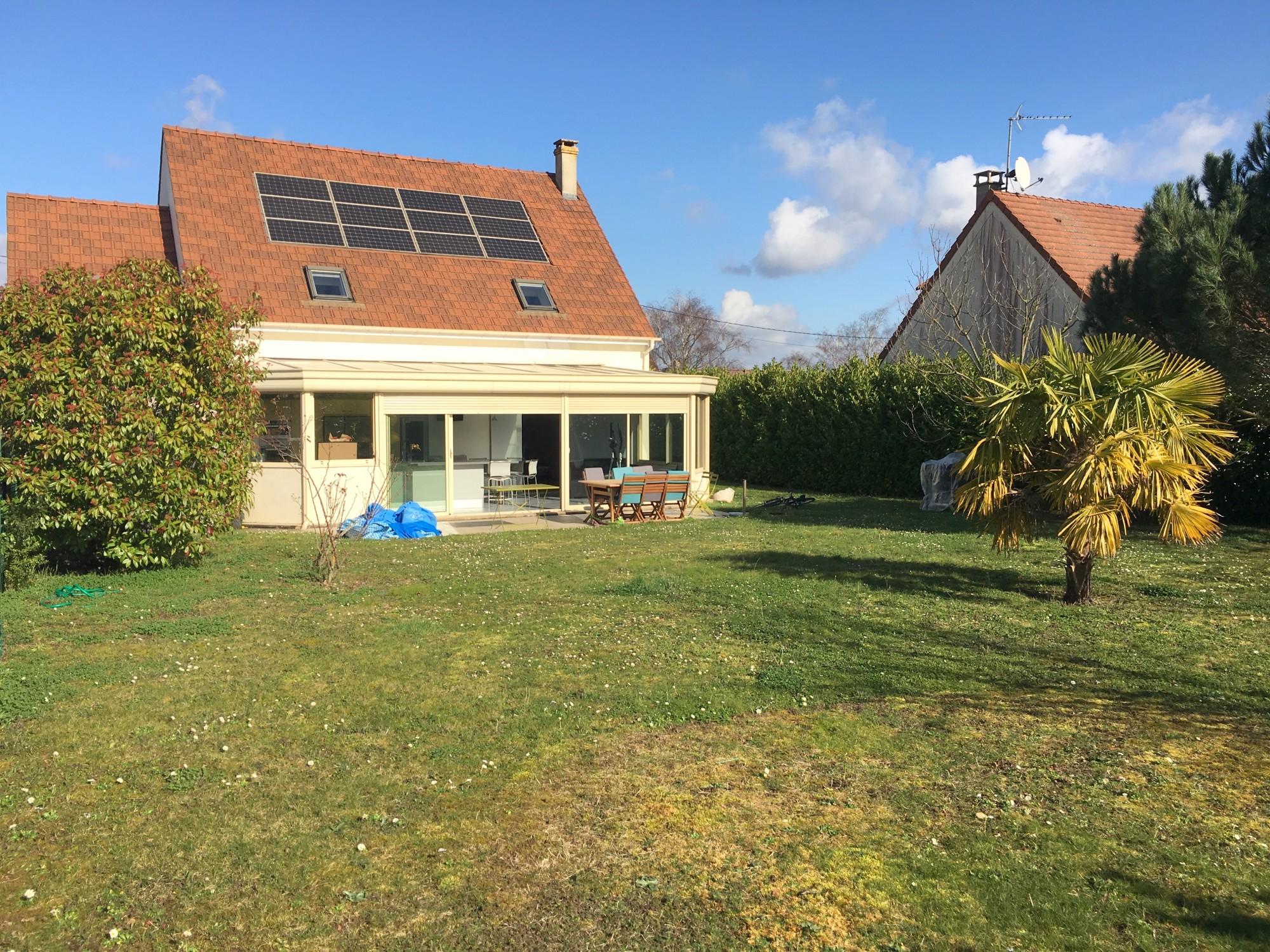panneau solaire maison panneau solaire maison with panneau solaire maison un foyer quip de. Black Bedroom Furniture Sets. Home Design Ideas