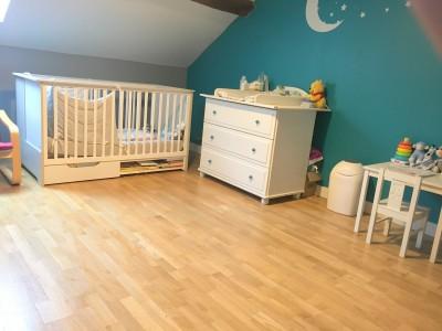 Grande chambre lumineuse idéal pour des enfants ou adolescents